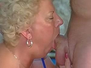 Bejaarde neemt snikkel diep in haar keel