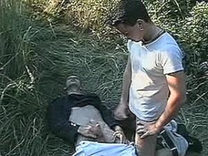 Schandknaap krijgt grote staaf tegen zijn huig geramd