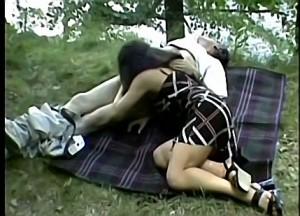 Vader dwingt dochter zijn zaadstengel te pijpen tijdens boswandeling