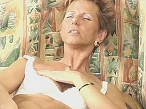 75 jarige snol vingert haar pruim
