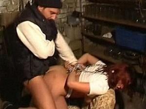 Bizarre psychopaat pompt zijn warme vleeslolly in meisje haar kontgaatje
