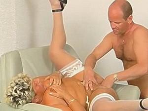 Nep dokter vuistneukt oude dame haar preut