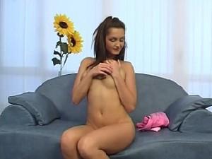 Hitsige tiener speelt met haar vulva
